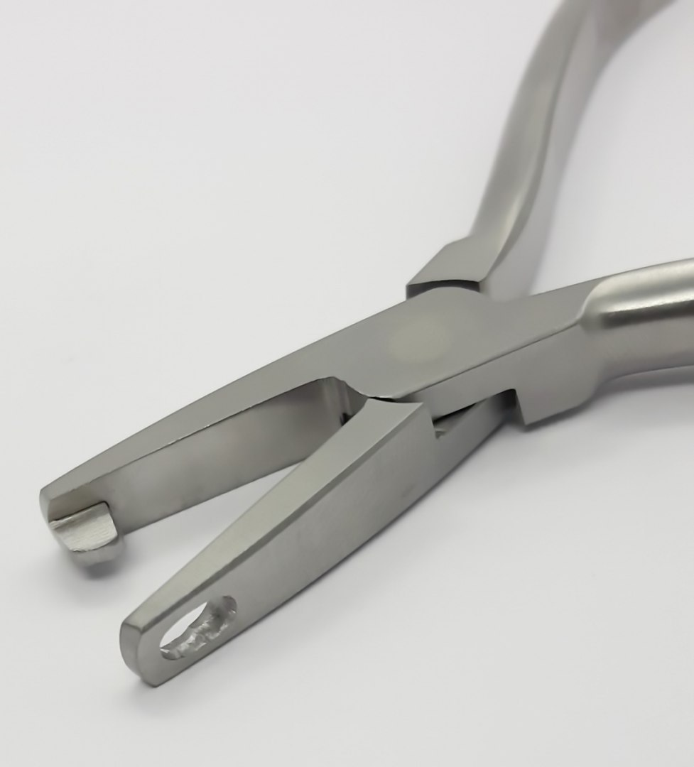 Orthodontic forceps for forming ligatures